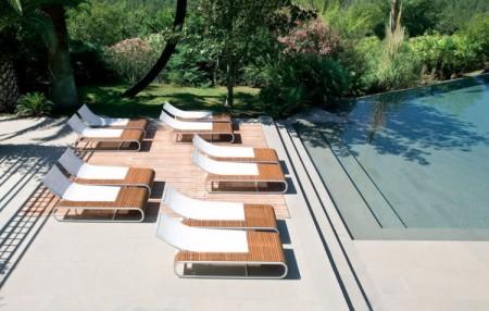 bain de soleil Ego tandem au bord d\'une piscine