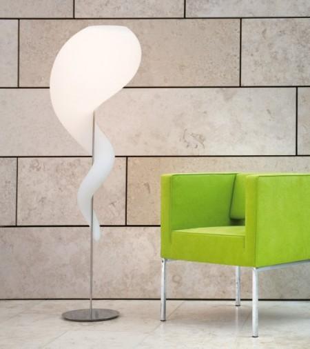 Lampadaire alien collection près d'un fauteuil vert design