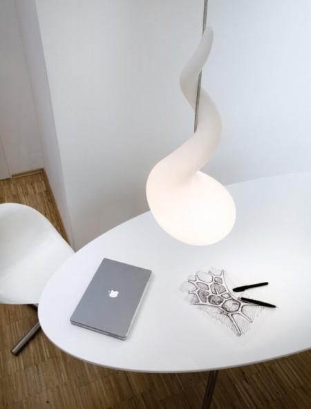 suspension alien au dessus d'une table avec un macbook pro