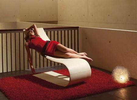 chaise longue design Onda avec une jeune femme avec une robe rouge allongée dessus