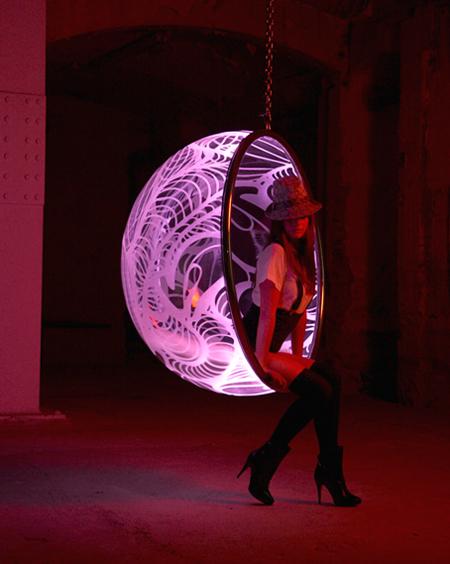 Rousseau, fauteuil bubble chair lumineux avec une fille sexy qui pose