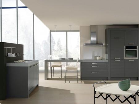 Dominance de gris et plan de travail épais pour cette cuisine select