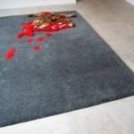 tapis design avec un animal écrasé et une mare de sang