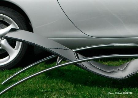 photo de la chaise longue Initialis devant une Porsche 911