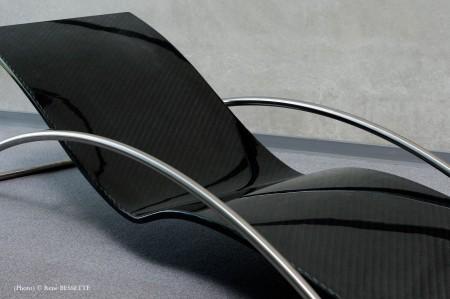 gros plan de la chaise longue en carbone Initialis par Christophe Soffietti