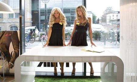 Photo du bureau signalement desk Tank collection avec 2 jolies femmes blondes