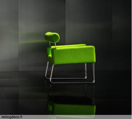 fauteuil chic Novalinea en tissu et acier chromé vu de côté