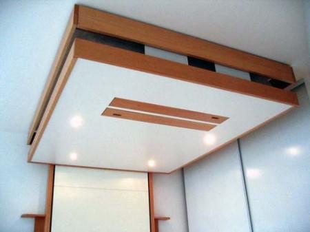 lit mobile au plafond éclairé par des spots encastrés