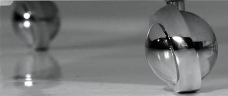les roulettes chromées de la table basse Asterisk