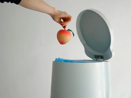 tri3 poubelle tri sélectif dans laquelle on jette une pomme