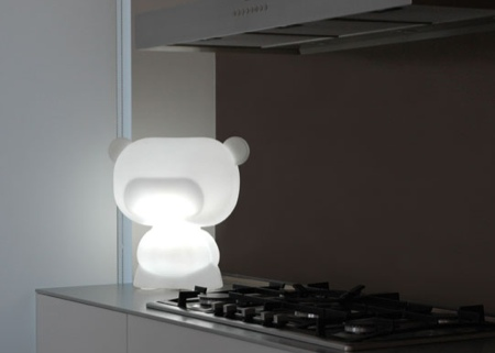 Art toy lumineux blanc dans la cuisine