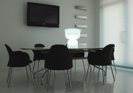 Lampe art toy dans un bureau