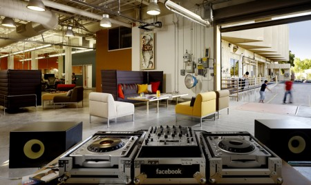 Espace lounge avec console DJ dans les bureaux de Facebook
