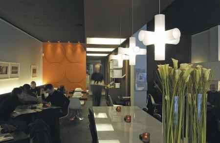 Suspension croix Crosslight dans les bureaux Arte