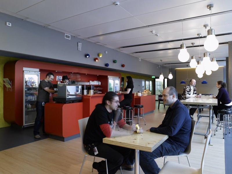Bar design dans les locaux de google zurich for Google office zurich design