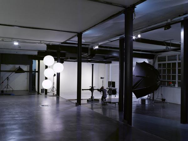 loft avec un sol en b ton cir. Black Bedroom Furniture Sets. Home Design Ideas