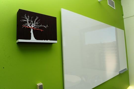 Bureaux Twitter - mur vert avec une horloge arbre