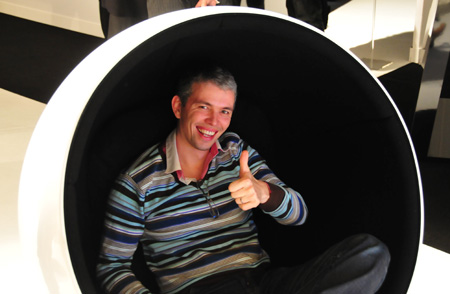 Manuel Gaudichon dans une ball chair