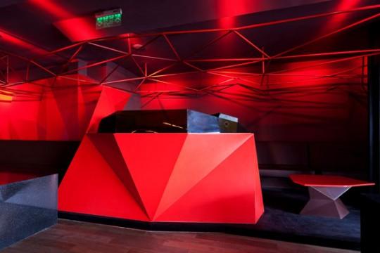 Console DJ dans le bar rouge à Shangai
