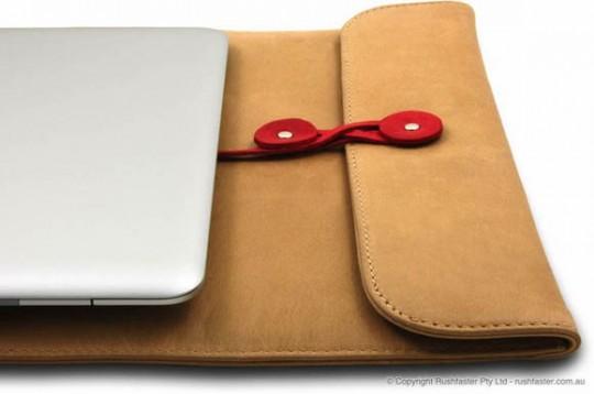 Housse pour macbook en forme d'enveloppe à ficelle par Shuk Yee