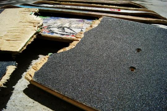 Planche de skateboard cassée