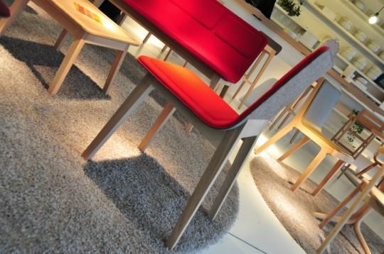 Chaise en bois et feutre rouge Laia by Alki