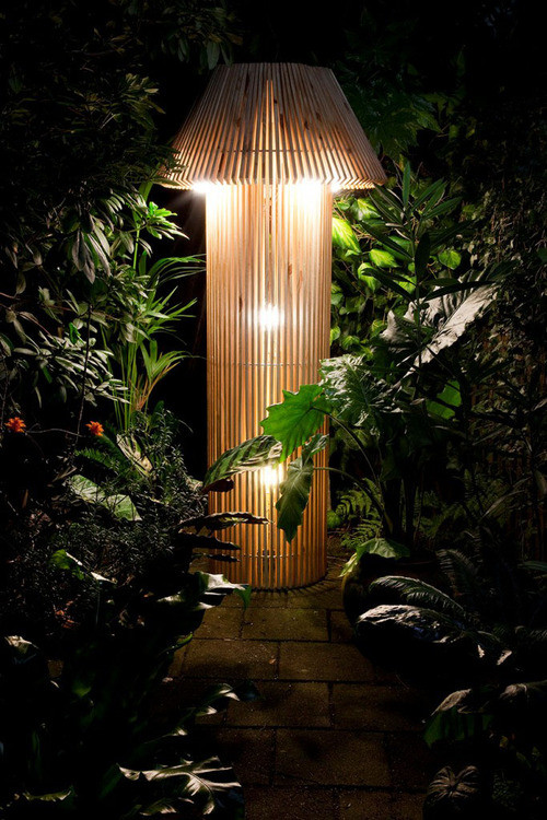 Lampadaire en bois original par Skitsch