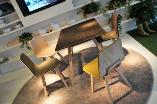 Table en bois et chaises slim en feutre Alki