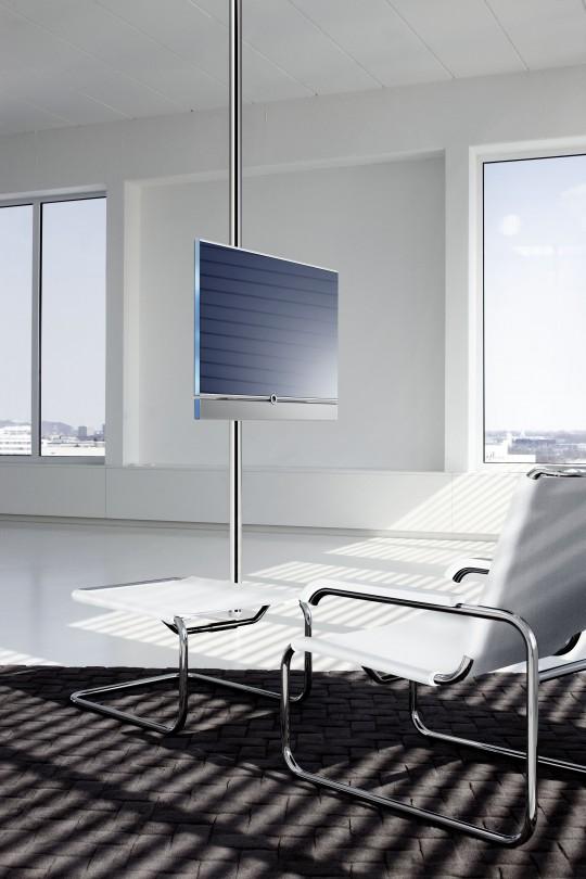 Téléviseur Loewe sur un pied en métal