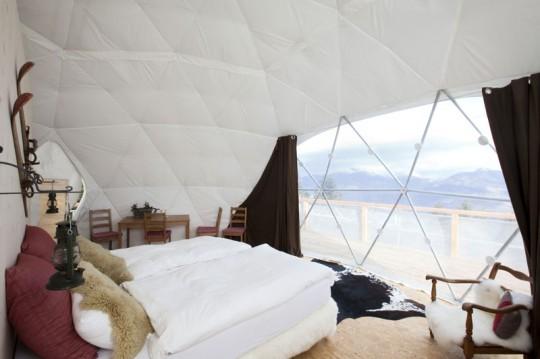 Chambre d'hotel igloo avec vue sur les pistes - Whitepod hotel