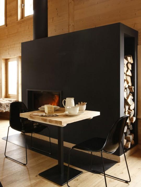 Table noire dans le restaurant de l'hotel Whitepod