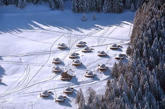 Vue aérienne du camp de pods de l'hotel Whitepod