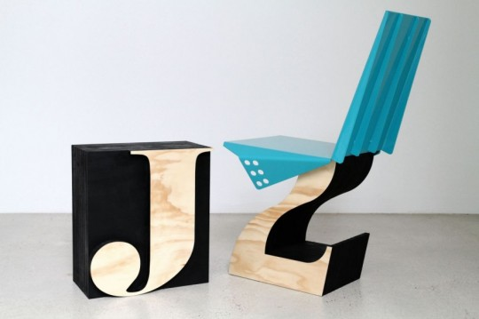 Chaise en bois + feuille de métal par Justin Lamont