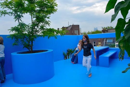 Enfants qui s'amusent dans la maison bleue sur le toit