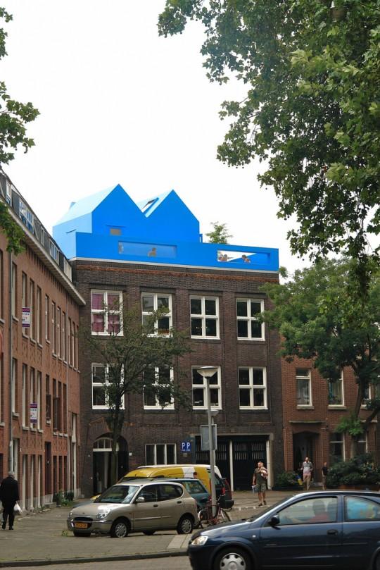 Maison bleue sur le toit