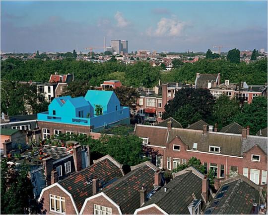 Maison bleue sur les toits à Rotterdam