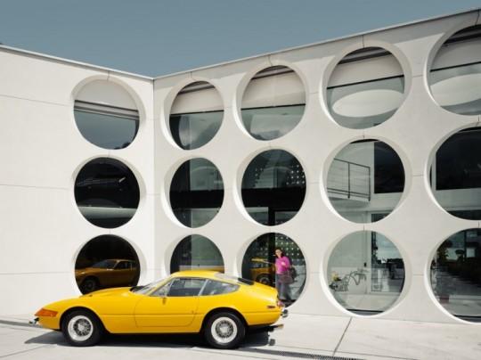 Maison moderne avec une Ferrari jaune, O house
