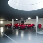 Ferrari rouge dans le garage de la maison O house