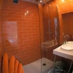 Salle de bain orange 1Appart