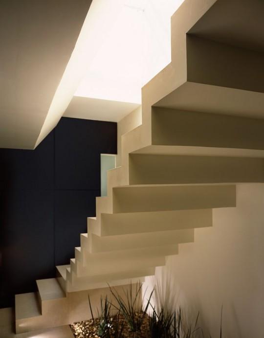 M house : escalier dans une villa de luxe