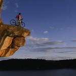 Photo d'un cycliste au bord de la falaise