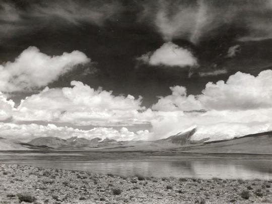 Photo d'un paysage de lac en noir et blanc