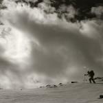 Photo noir et blanc d'un randonneur en montagne