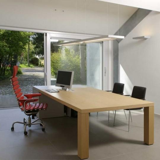 Intérieur d'un bureau design dans un ancien garage