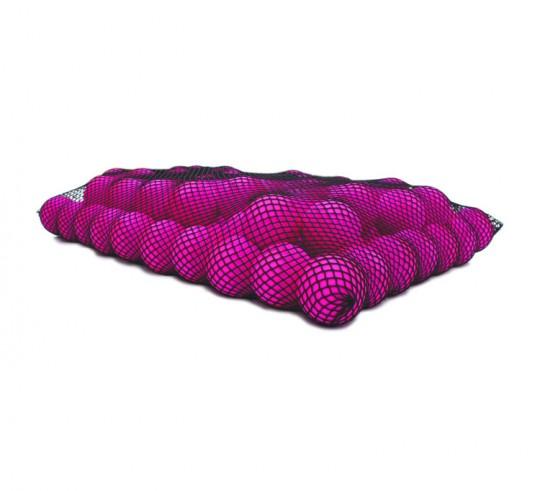 Pouf géant Wave : un filet avec des boules en mousse rose
