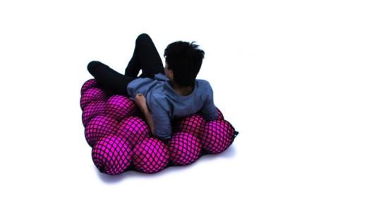 Sofa Wave : des balles roses dans un filet