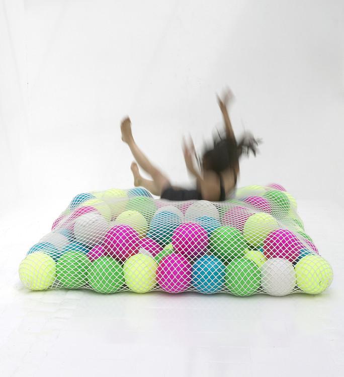 Sofa Wave avec des balles de couleurs par Florence Jaffrain