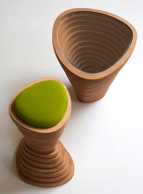 Tabouret en bois avec un coussin vert Tettonica