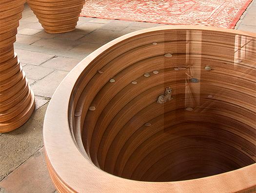 Tabouret composé d'anneaux en bois empilés Tettonica
