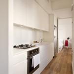 Cuisine design blanche dans un appartement de 40m2